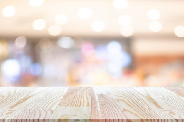 Perspectief lege houten tafel op de top over onscherpte achtergrond