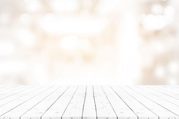 Perspectief lege witte houten tafel op de top over onscherpte achtergrond