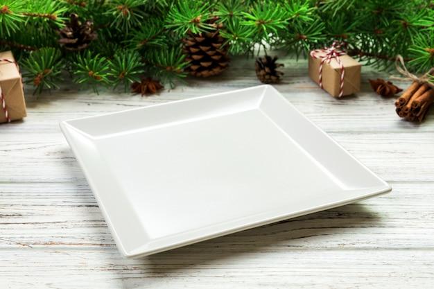 Perspectief. lege witte vierkante plaat op hout