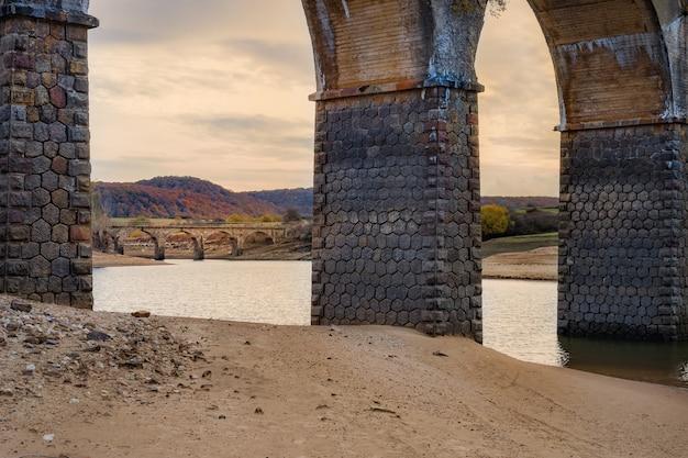 Perspectief onder de brug. warme zonsondergang