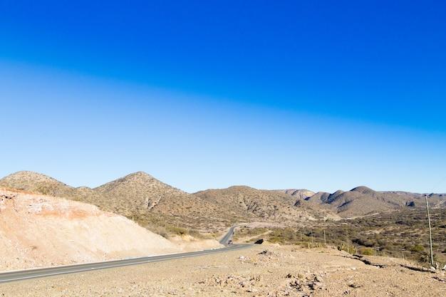 Perspectief uitzicht geasfalteerde weg van bolivia langs de weg naar tupiza.boliviaanse landschap