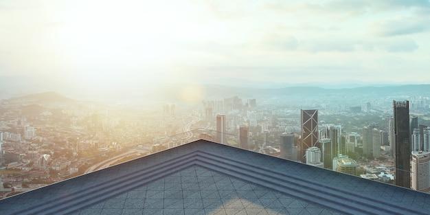 Perspectief uitzicht op lege betonnen tegels vloer van het dak met skyline van de stad, ochtendscène
