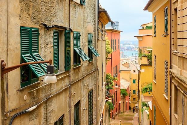 Perspectief van de oude bergafwaartse straat die leidt naar de haven van genua, genua, ligurië, italië