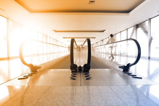 Perspectief van gang en roltrap in luchthaven. getinte afbeelding