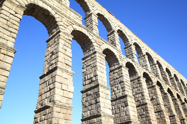 Perspectief van het oude romeinse aquaduct in segovia, spanje