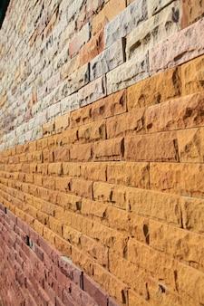 Perspectief van kleurrijke moderne opgedoken bakstenen muur.