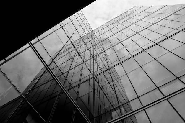 Perspectief van modern glasvenster bij wolkenkrabbers