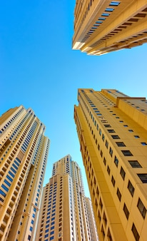 Perspectief van moderne woonhuizen tegen de blauwe lucht