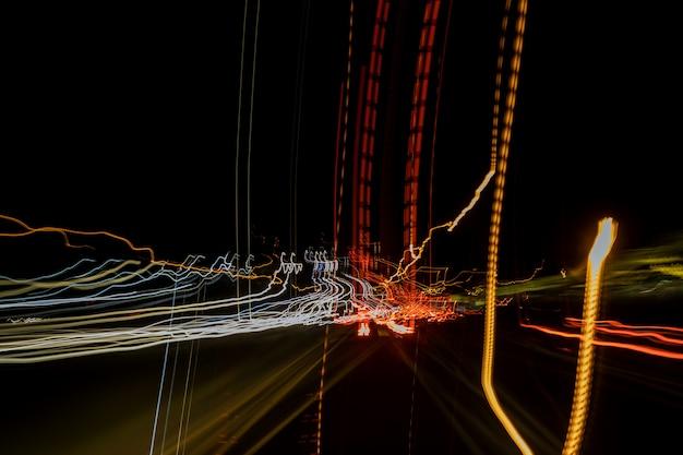Perspectiefmening van de lichtblauwe verlichte auto's van de hoge snelheids stedelijke weg met snel vage sleep
