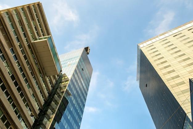 Perspectiefmening van de moderne high-rise glaswolkenkrabberbouw.