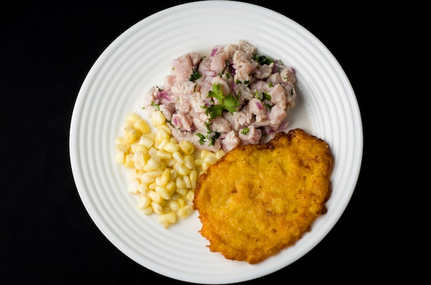 Peruaanse cebiche traditionele zeevruchten gebakken vis rijst met zeevruchten zweterige gestoomde vis ceviche sudado arroz con mariscos chicharron cabrilla