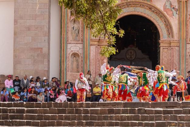 Peruaanse folkloristische dans in de kerk van san pedro apostel van andahuaylillas cusco peru