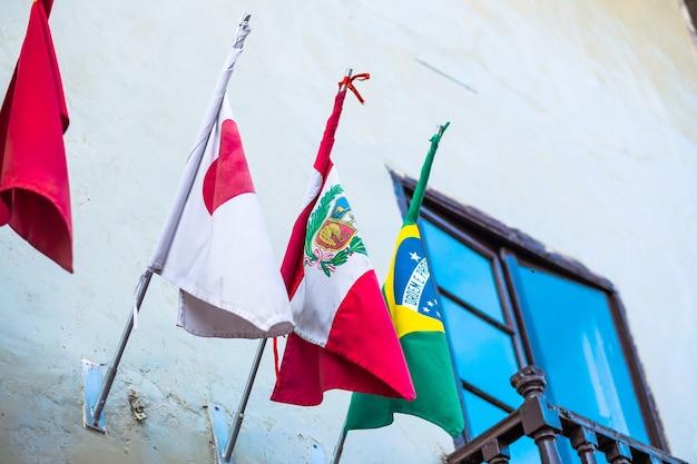 Peruaanse japanse en braziliaanse vlaggen op het gebouw