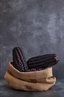 Peruaanse paarse maïskolven in zak