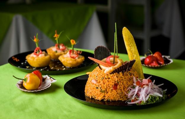 Peruaanse traditionele zeevruchten gebakken vis rijst met zeevruchten zweterige gestoomde vis ceviche sudado arroz con mariscos chicharron cabrilla