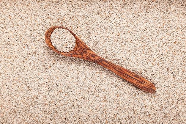 Peruaanse zaden chia wit in houten lepel