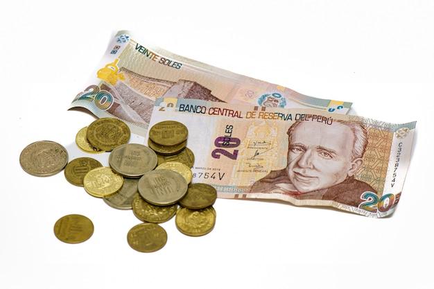 Peruaanse zolen van papier en munt op een witte achtergrond