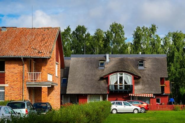 Pervalkadorp, litouwen, oud litouws traditioneel blokhuis in het dorp
