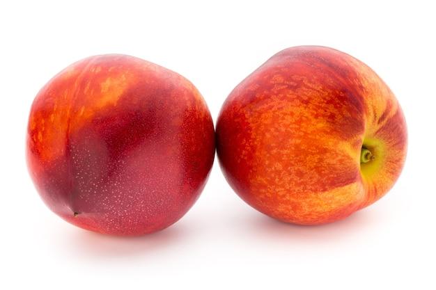 Perzik fruit met geïsoleerd op een witte achtergrond