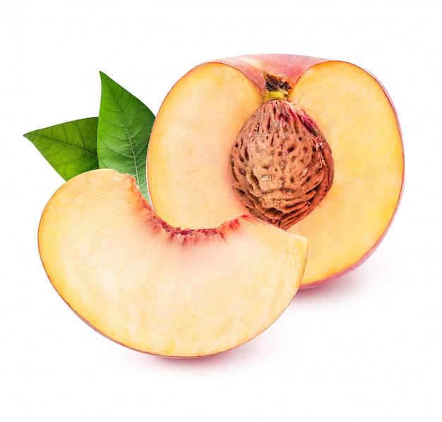 Perzik geïsoleerd op wit
