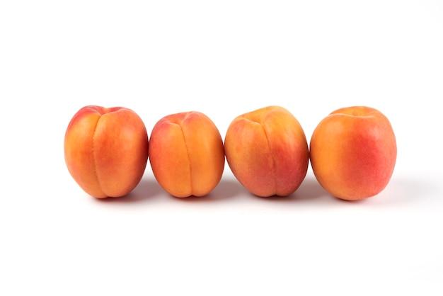 Perziken geïsoleerd op wit in geometrische positie