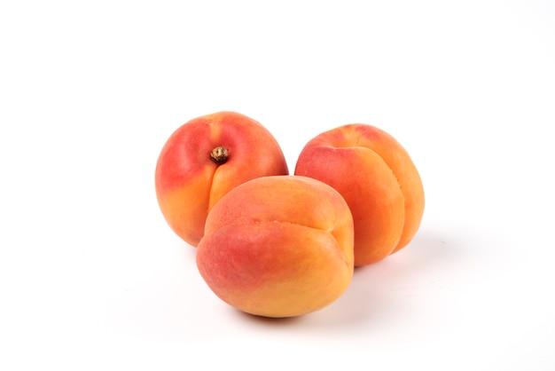 Perziken geïsoleerd op wit Gratis Foto