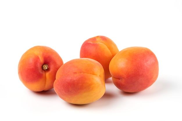 Perziken geïsoleerd op wit