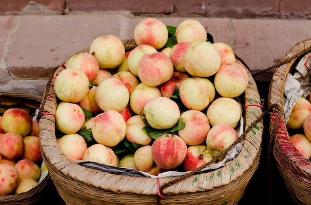Perziken in het oude hakka luodai-dorp in chengdu-stad