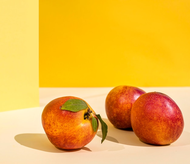 Perziken met schaduwen vooraanzicht