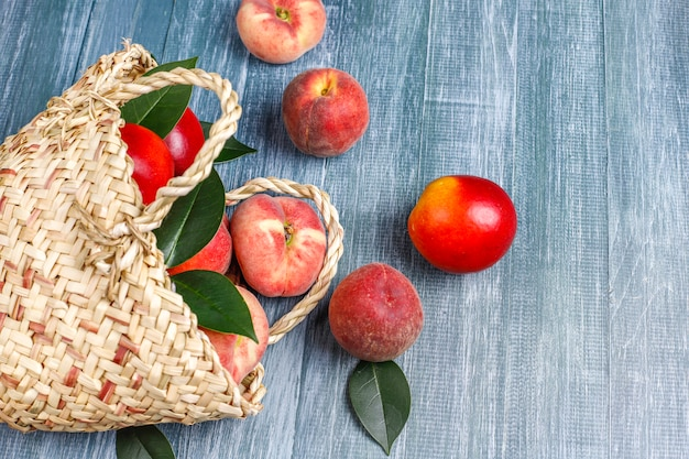 Perziken, nectarines en perziken uit een rieten mand