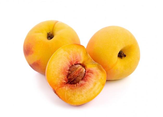 Perzikfruit dat op witte oppervlakte wordt geïsoleerd