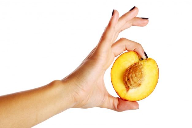 Perzikfruit in de hand van de vrouw