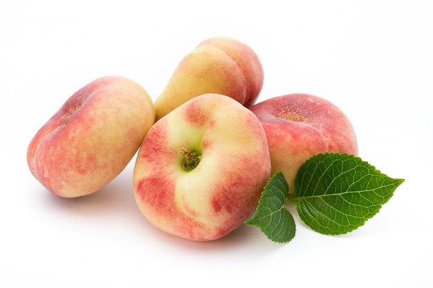 Perzikfruit met geïsoleerd op witte achtergrond