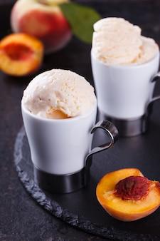 Perzikijs met munt. zomerzoet dessert.