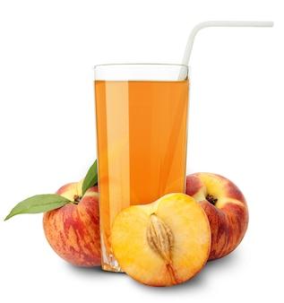 Perziksap en plakjes sinaasappel geïsoleerd