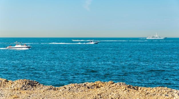 Perzische golf in de buurt van palm jumeirah-eiland in dubai, verenigde arabische emiraten