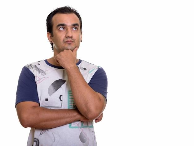 Perzische man denken terwijl hij omhoog kijkt