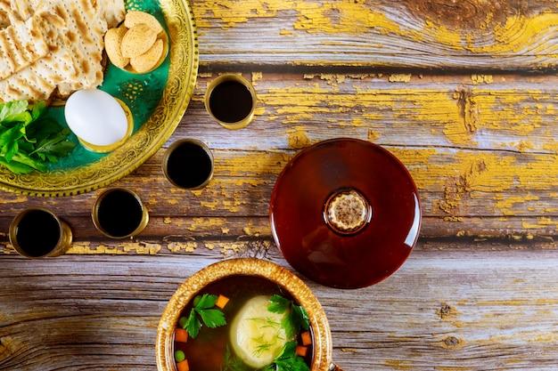 Pesach matzo ballensoep en matzoh brood, wijn en seder bord