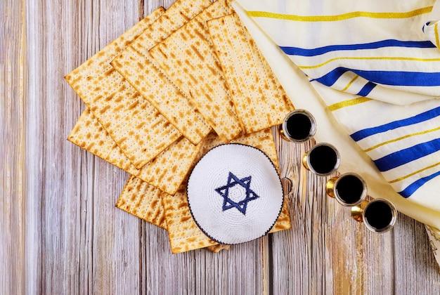 Pesach pascha symbolen van grote joodse feestdag. traditionele matzo en wijn in vintage zilverglas.