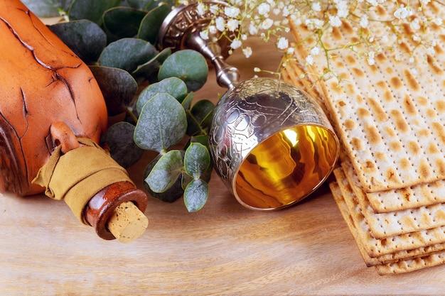 Pesach pascha symbolen van grote joodse feestdag. traditionele matzoh, matzah of matze