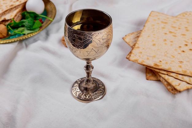 Pesach pascha symbolen van grote joodse feestdag. traditionele matzoh