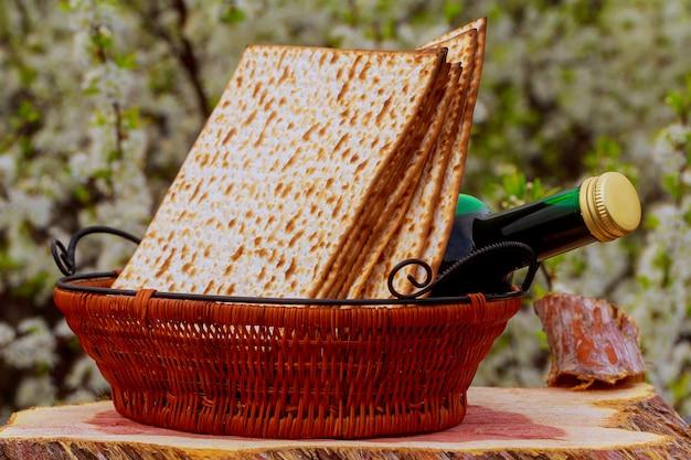 Pesach stilleven met wijn en matzoh joods paasbrood