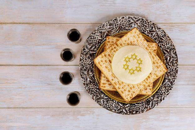 Pesah-feest, matza ongezuurd brood en vier kopjes koosjere wijn