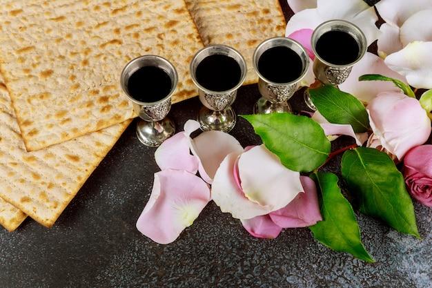 Pesah viering vier kop koosjere wijn traditionele joodse vakantie met matzo ongezuurd brood