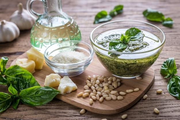 Pesto met ingrediënten op de houten tafel