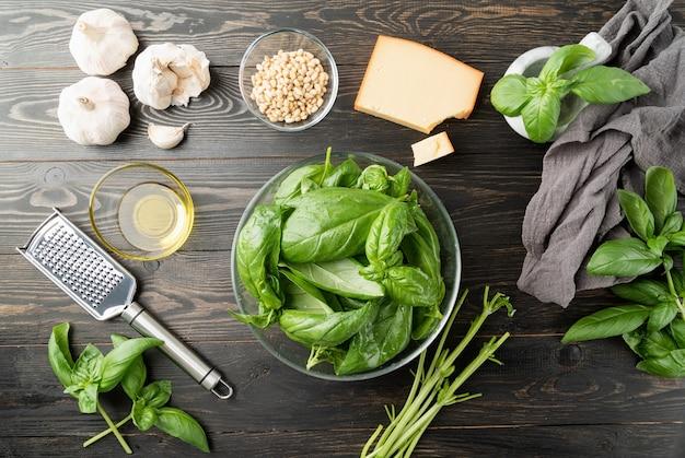 Pesto saus. italiaanse keuken. italiaanse pestosaus, basilicum en ingrediënten bereiden op zwarte tafel