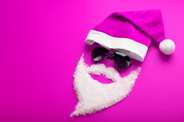 Pet, kerstman met zwarte bril en een baard van sneeuw