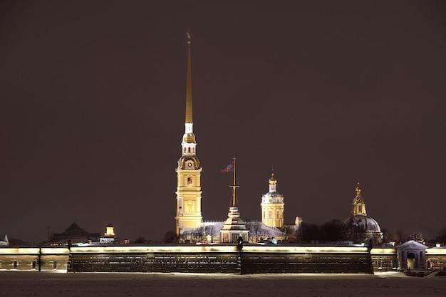 Peter en paul fortress, gloeiend op een winteravond in st. petersburg.