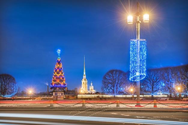 Peter en paul-vesting en nieuwjaarsboom in st. petersburg
