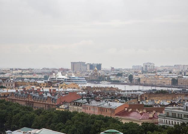 Petersburg panorama met historische gebouwen architectuur straten en grachten
